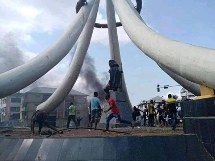 Angry youths burn Azikiwe's statue in Anambra