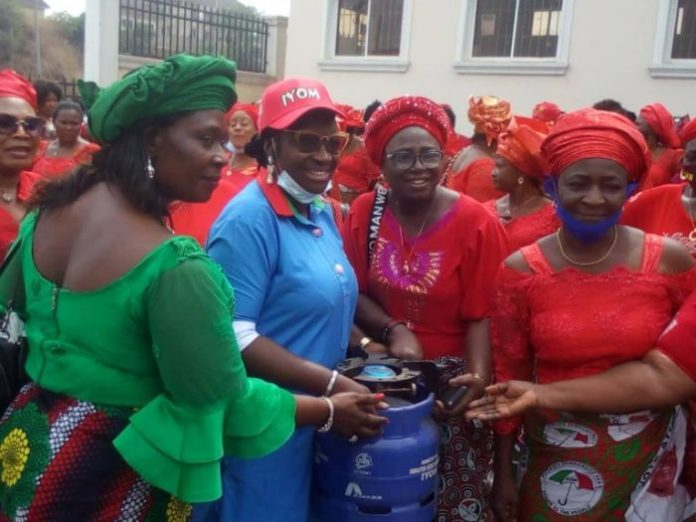 Ekwunife Empowers Women With Gas Cookers In Anambra